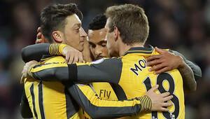 Mesut ve Alexis, West Hamı dağıttı