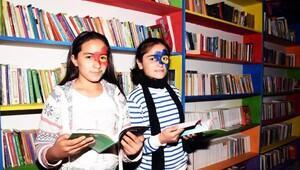 Çocuk festivali gibi kütüphane açılışı
