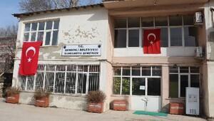 Şemdinli Belediyesinin kapısına zincir vuruldu