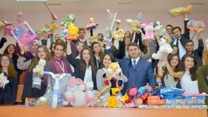 Yöneticilik zirvesinde köy çocukları için oyuncak topladılar