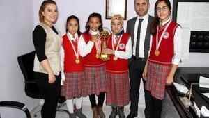Cumhuriyet ortaokulu kız öğrencilerinden büyük başarı