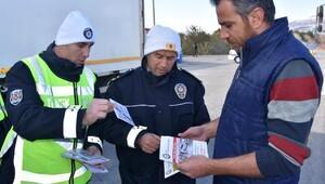 Polisten sürücü ve yolculara emniyet kemeri uyarısı