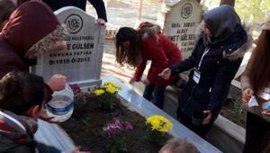 ÇOMÜlü öğrencilerden mezarlıkta anlamlı anma