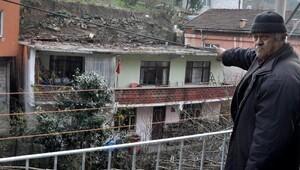 3 kişilik aile, heyelanda hasar gören evde oturuyor