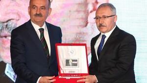 Abdulkadir Selviye AYDden yılın köşe yazarı ödülü