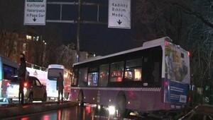Kadıköyde İETT otobüsü trafik tabelasına çarptı