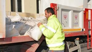 Altıeylül Belediyesi karla mücadele için tuz dağıttı