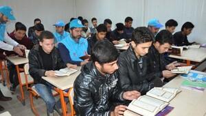 Akçakalede Suriyelilere Kuran dağıtıldı