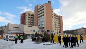 Eski hastane binasında yıkım çalışması