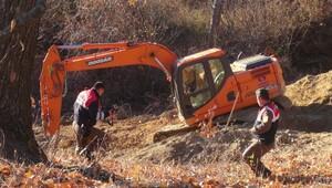 Kepçe operatörü, toprak altında kalan genci kurtarmak isterken başını ezdi iddiası