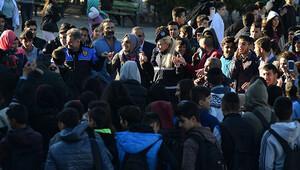 Kadın davulcu çaldı, polis öğrencilerle halay çekti