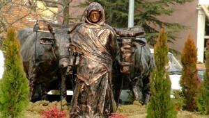 Ilgaza, Kurtuluş Savaşı kahramanı Yanığın Emine heykeli