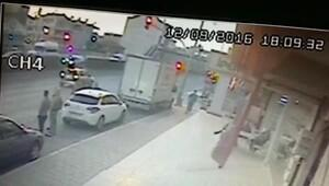 Otomobil yayaya çarptı, mahalleli yolu kapattı (2)
