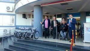 Öğrencilerden engellilere tekerlekli sandalye