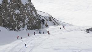 Hakkari dağlarında nefes kesen kayak ve snowboard gösterisi