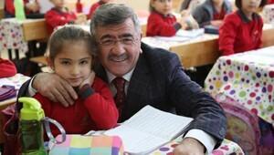 Başkan Akdoğan, öğrencilere diş macunu ve fırçası dağıttı
