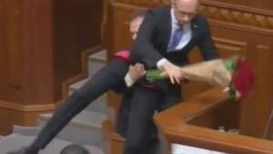 Ukrayna Başbakanını kürsüden indirdiler