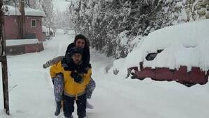 Ermenekte kardan yollar kapandı, ağağı kırılan kadın sırtta taşındı