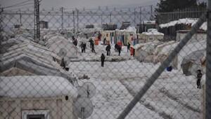 Suriyelilerin kampları beyaza büründü