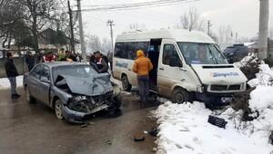 Düzcede otomobil ile öğrenci servisi çarpıştı: 12 yaralı