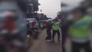 Sinirlenen kadın sürücü trafik polisini dövdü
