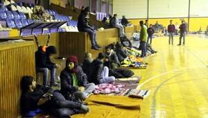 Soğuktan etkilenen mültecilere battaniye ve yiyecek