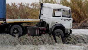 Mersin'de aşırı yağışta araçlar sürüklendi