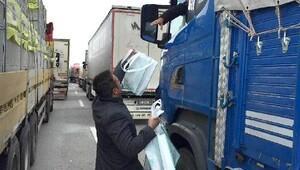 Aksaray Belediyesi, mahsur kalanlara kumanya dağıttı