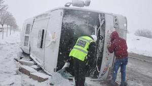 İnfaz koruma memurlarının servis otobüsü devrildi: 26 yaralı