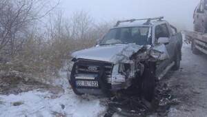 Buzlu yolda iki araç çarpıştı: 3 yaralı