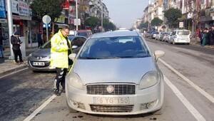 Düzcede yol ortasında bırakılan otomobil paniğe neden oldu