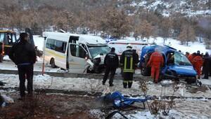 Askeri araç ile minibüs çarpıştı: 2 şehit, 13 yaralı (2) - yeniden
