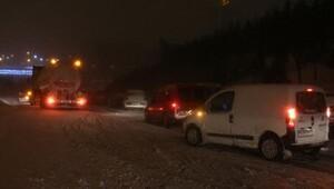 Kar yağışı nedeniyle çok sayıda sürücü TEM Otoyolunda mahsur kaldı