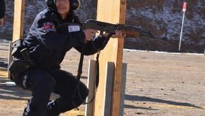 Polis okulunda Afgan kadın polislerin eğitim klibi