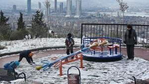 İzmirin ilçelerinde yağmur, yüksek kesimleri ise kar etkiledi (2)