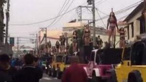 Cenaze töreninde direk dansçıları gösteri yaptı
