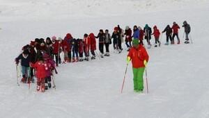 Hakkaride 240 öğrenciye kayak eğitimi veriliyor