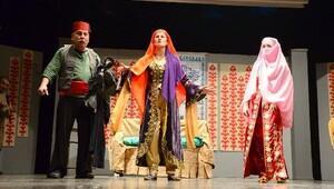 Kent oyuncuları, 7 kocalı Hürmüz'ü sahnele