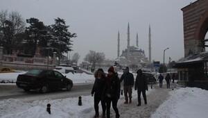 Okulların yine tatil edildiği Edirnede Valilikten ciddi kar uyarısı