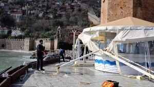 Alanyada dev dalgalar restoranı yıktı