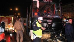Cenazeden dönen otobüs aydınlatma direğine çarptı: 4 yaralı