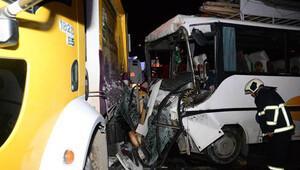 İşçi servisi, çöp kamyonuna çarptı: 15 yaralı