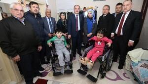 Engelli ikizlere tekerlekli sandalye