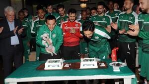 Bursaspor'da antrenman öncesi Batalla ve İsmail'e doğum günü sürprizi
