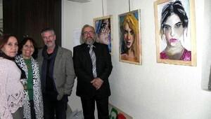 Kadına şiddeti tablolarıyla protesto etti