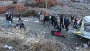 Servis minibüsü devrildi: sürücü öldü, 14 öğrenci yaralandı