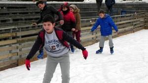 Lüleburgazda çocukların buz pistinde kayma keyfi