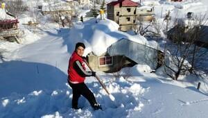 Gönüllü gençler çatı temizledi