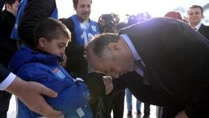 Erzurum Valisi, özel sporcunun elini öptü