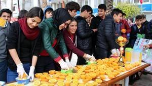 Öğrenciler portakal suyu dağıttı